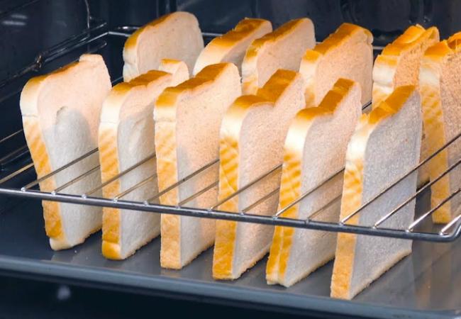Ставим 12 тостов в духовку и ждем: стол закусок готов уже через полчаса