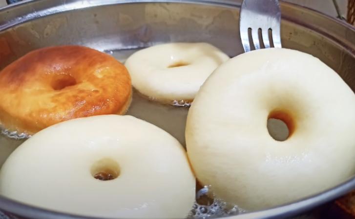 Пончики из стакана молока и муки. Жарим за 5 минут в масле и получается легче пуха