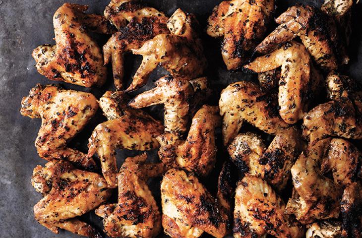 Меняем вкус курицы с помощью приправ: жарим чеснок и добавляем горчицу