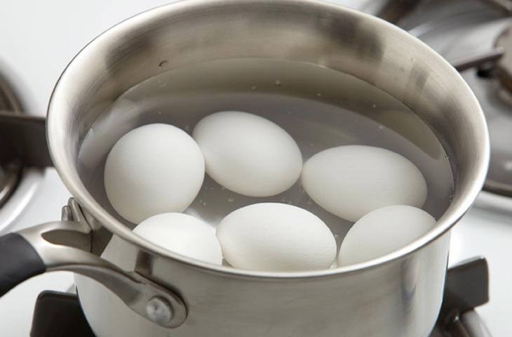 Ставим сковороду с жарим еду без разогрева