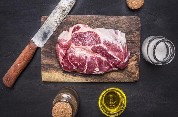 Маринады для свинины делают мясо сочным и мягким. 10 рецептов от шефов
