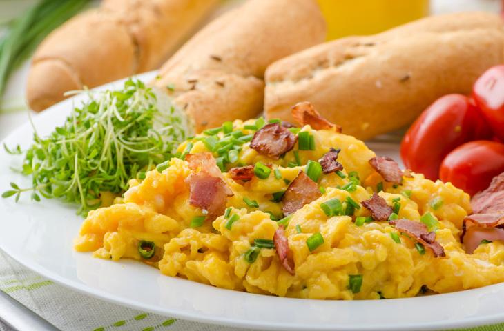 Яичница-болтунья: сочный способ приготовить яйца
