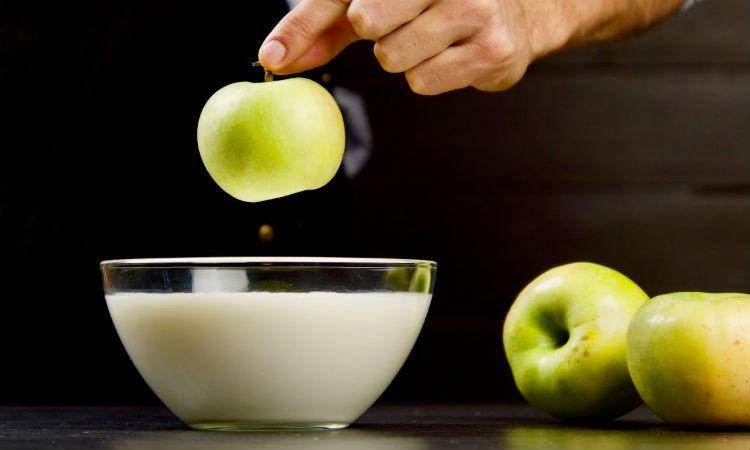 Яблоки и молоко: десерт нужно просто смешать. Видео.