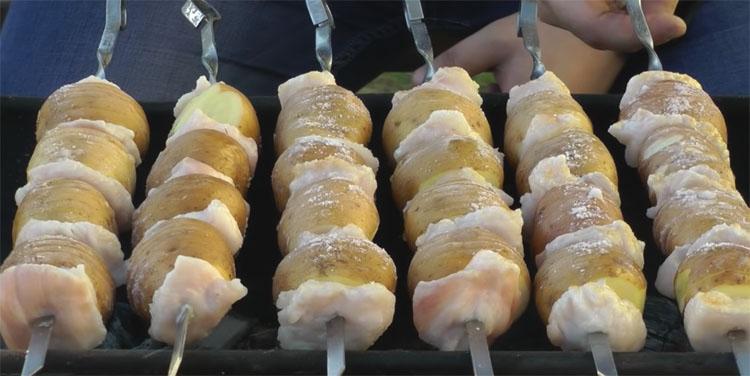 Берем картошку и 100 грамм жира: насаживаем на шампур и наслаждаемся вкусом