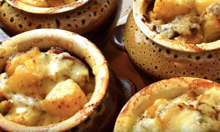 Жаркое делаем сразу в горшочке: картошку и мясо заливаем сметаной