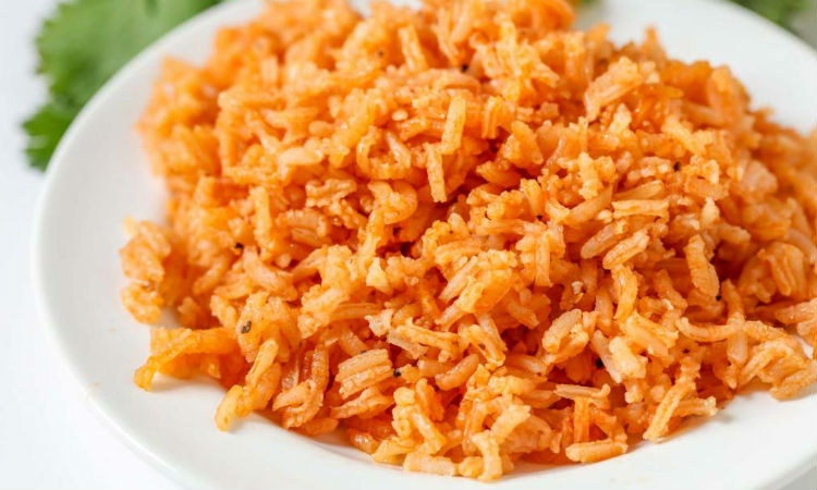 Рис на ужин не варим: смешиваем на сковороде стакан риса и томатный сок