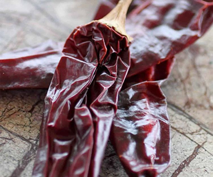 Измельчаем перец с чесноком: делаем за 30 минут банку острого соуса к любому блюду