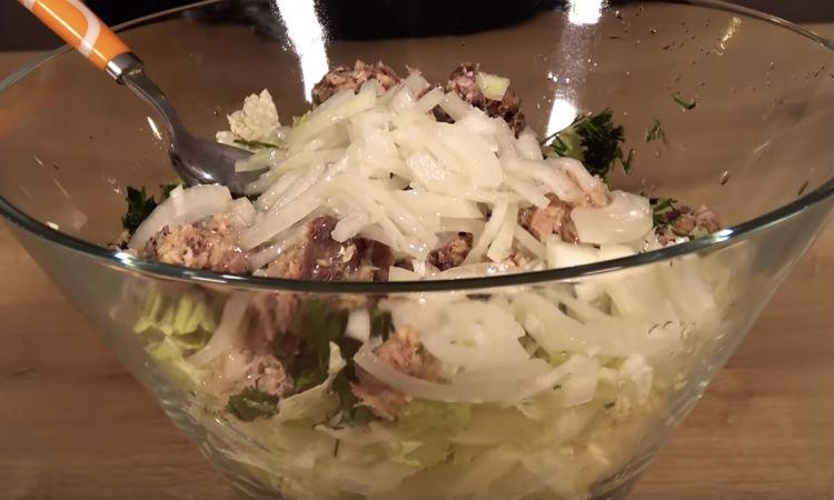 Салаты из капусты готовим за минуты: натерли овощи и заправляем маслом