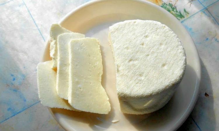 Достали литр молока на литр кефира: варим домашний сыр без хлопот