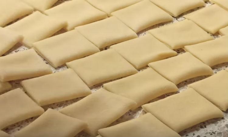 Режем тесто на квадраты и высыпаем на сковородку: жарим с мясом и овощами
