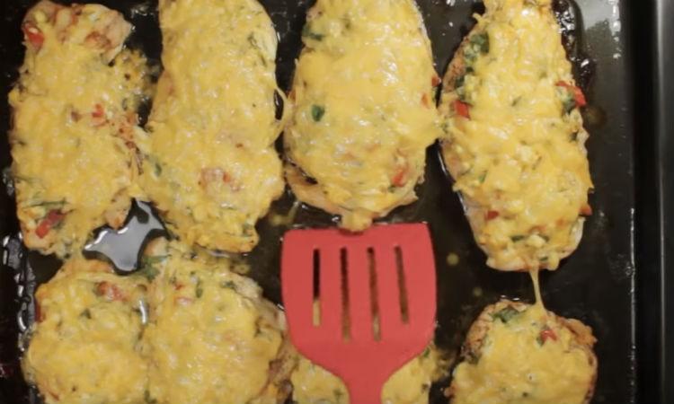Кладем поверх филе салат и ставим в духовку