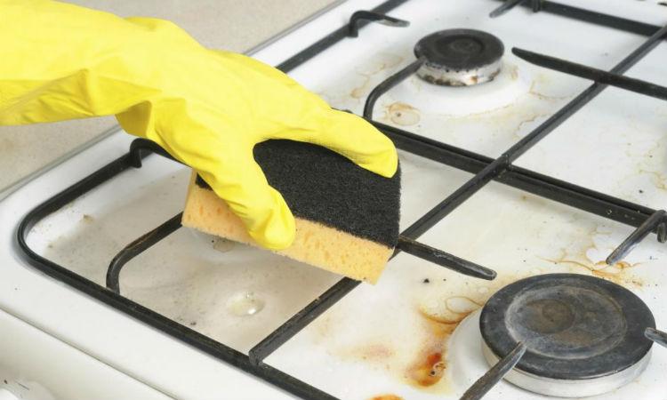 Разводим соду в литре воды: сняли с плиты старый нагар за 10 минут