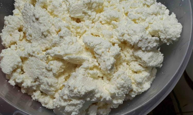 Домашний творог за 30 минут: сварили из 3 пакетов магазинного молока