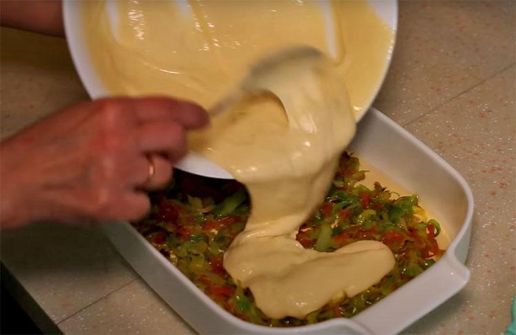 Заливаем капусту тестом и пирог без лепки почти готов