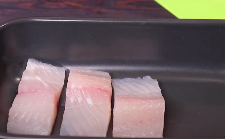 Залили рыбу сливками и поставили в духовку. Ресторанный вкус без траты времени на маринады