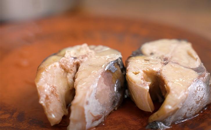 Берем скумбрию и готовим ее, что потом даже небольшие кости не чувствуются. Мягкая как паштет
